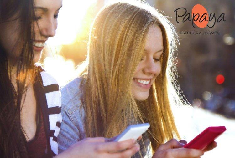 Sai che lo smartphone emana una luce blu che invecchia la pelle?